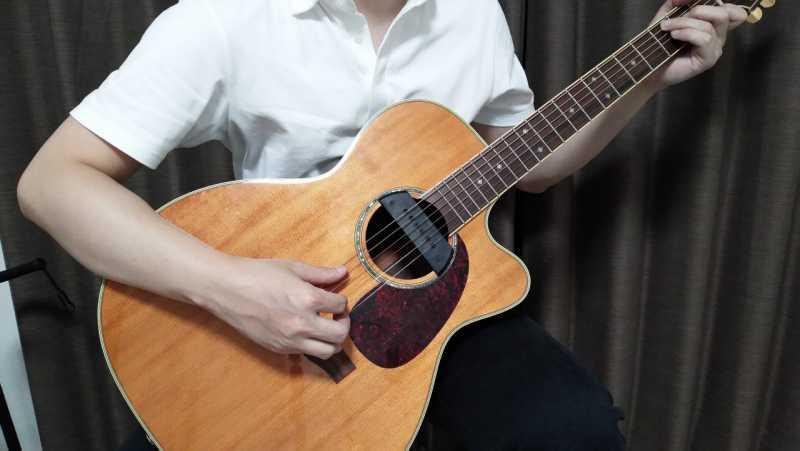 クラシックギターの構え方を正面から見た場合