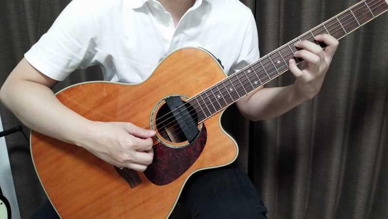 左足の太ももにギターを乗せる