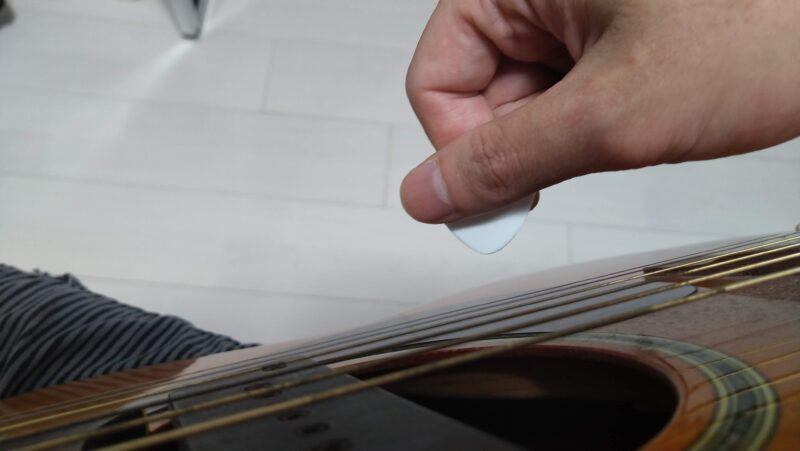 ギターのピックの持ち方には様々な種類がある