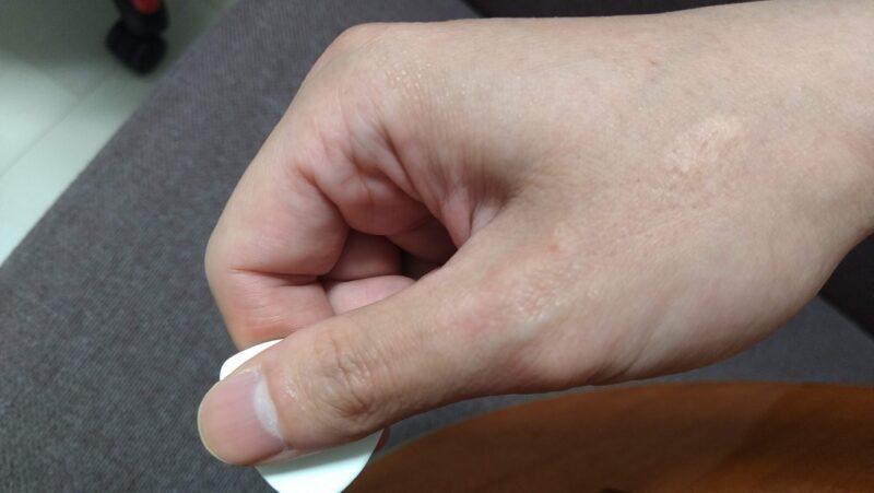 右手をグーの形にしてピックを持つ持ち方