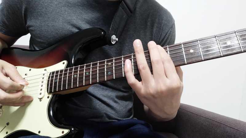左手で弦を適当な場所を押さえる