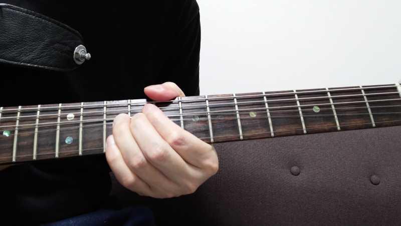 スライド後のポジションを軸にフレーズを弾くときは、スライドで親指の位置も移動させたほうがスムーズにフィンガリングをすることができる