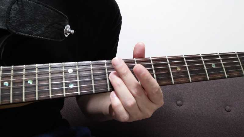 スライドでノイズが鳴ってしまう場合は、スライドさせた指が他の弦に当たってしまっている場合が多い