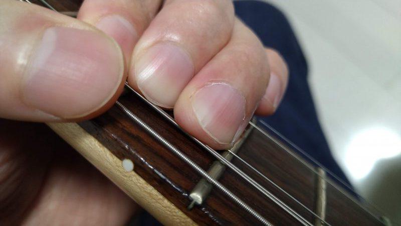 チョーキングする弦を持ち上げたときに上の弦が押弦している指の下に巻き込むようになってしまっている