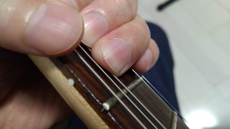 弦を持ち上げるときは、押弦している指の指先に上の弦を乗せていくようにする