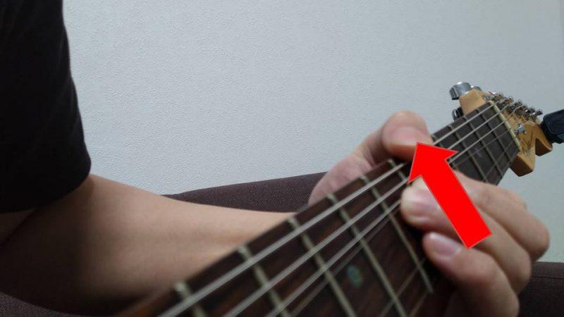 チョーキングで弦を持ち上げる時の指の力の方向は指版に対して平行の方向になるように、指を上に伸ばす方向を意識する
