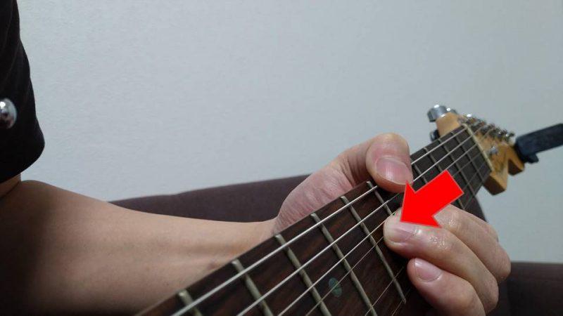 チョーキングをすると指が痛い場合は、弦をフレットに対して垂直方向に押し付けてしまっている