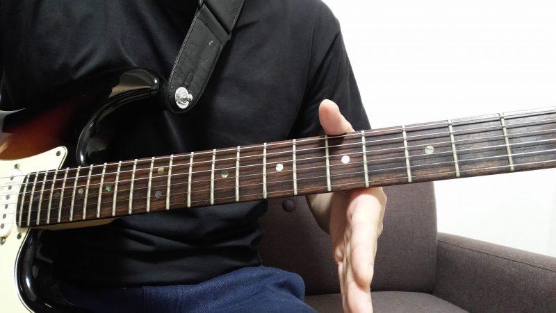 は左手の手首を真っすぐにしてネックにセットし、ネックと左手の全方位手的に垂直である状態を作る