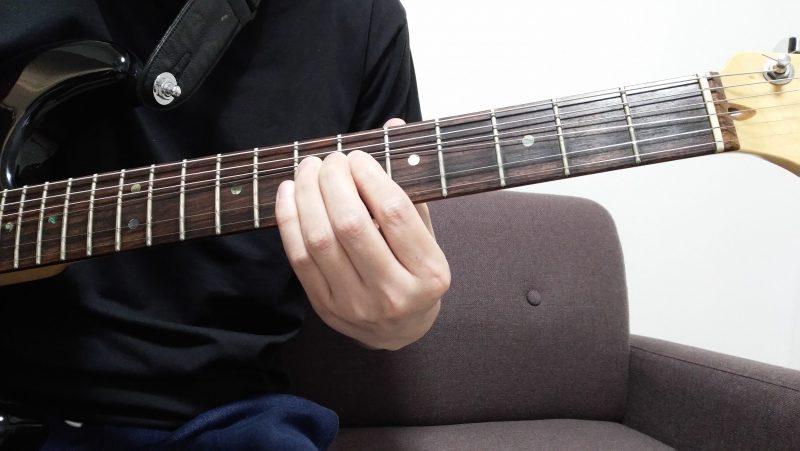 指の力で弦を上げ下げするよいう直線的な動きは、チョーキングで弦を持ち上げにくい
