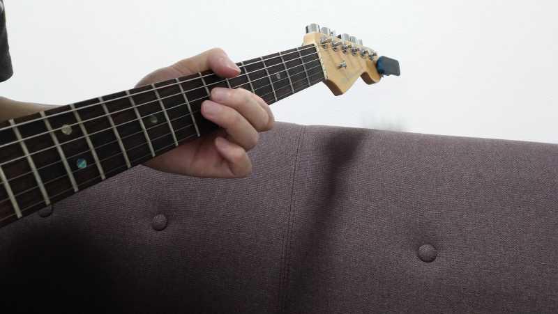 指を弦から離しただけでは弦を引っかいていないので、まともな音が鳴らない