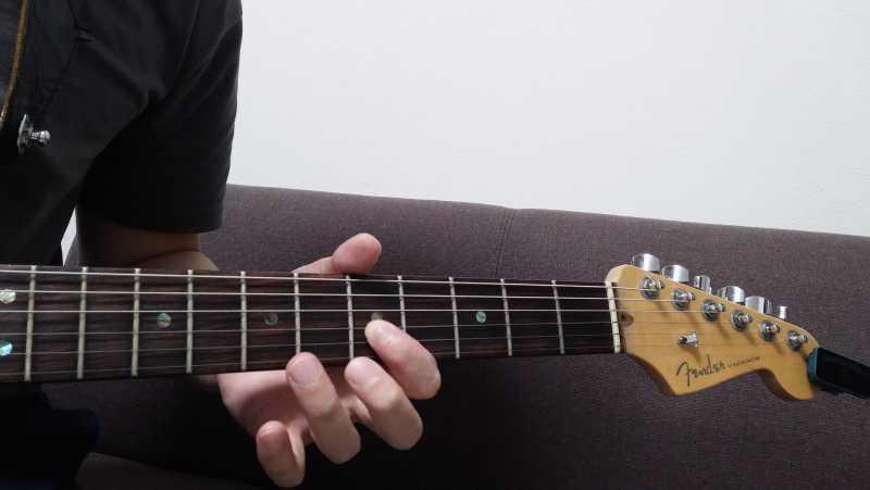 ハンマリングで指がバタつく場合は、ハンマリングする指と弦が離れすぎている場合が多い