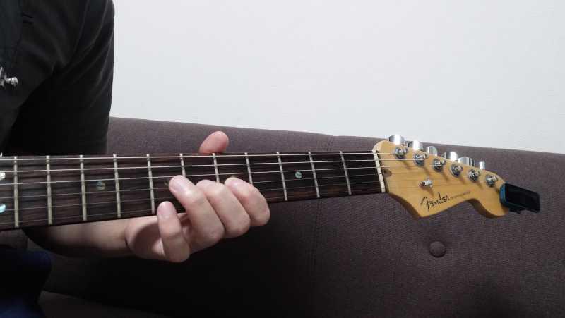 使っていない指は空中にもうひとつの押弦位置を想像して、使っていない指はそこを押さえるという意識を持つことで指のバタつきを抑制する
