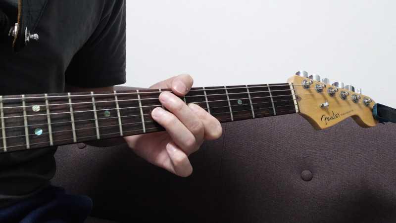 指先はできるだけ頂点でハンマリングするほうが音量はでますが、指先の先端と指の腹の間ぐらいで弦を叩く