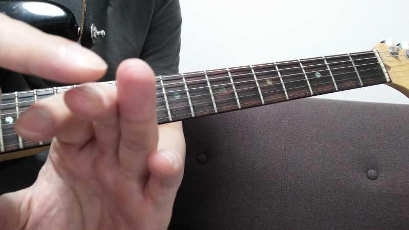 弦を叩きつける時は指先の先端と指の腹の間ぐらい