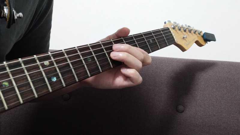ハンマリングする指は弦の真上に位置するようにし、必要最小限の動作でハンマリングする