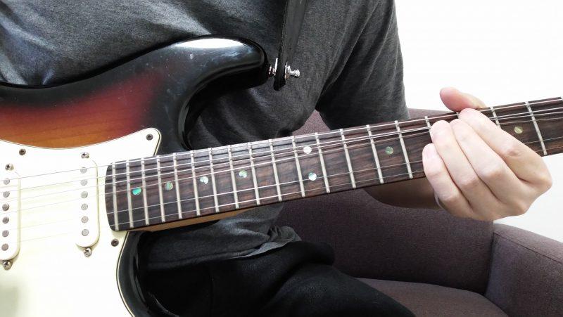3弦7フレットを薬指で押さえてピッキングした後に1音チョーキングした後、余っている小指で1弦と2弦の8フレットを押さえてピッキングしてハーモニーを作る