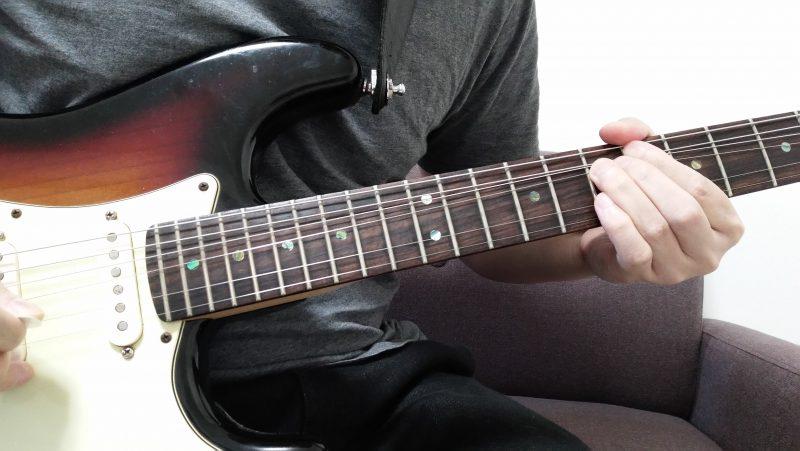 3弦7フレットを薬指で押さえてピッキングした後に1音チョーキングする