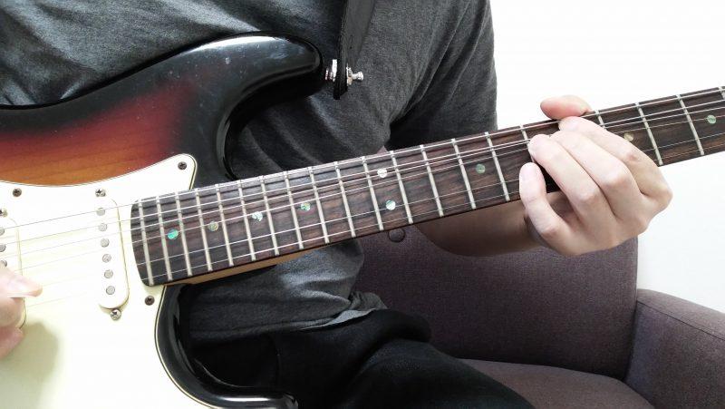 余っている小指で2弦8フレットを押さえてピッキングしてハーモニーを作る