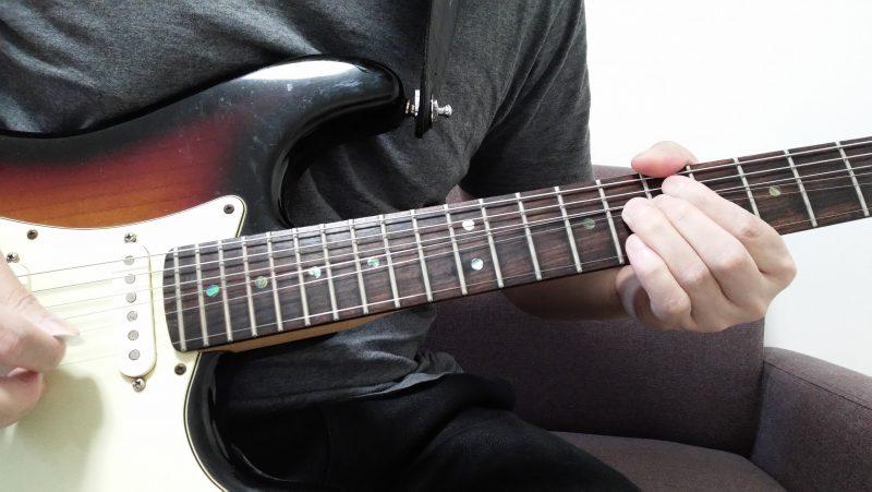 2弦7フレットを薬指で押さえてピッキングした後に1音チョーキングする