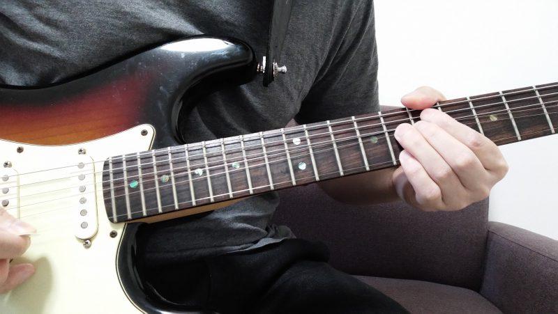 余っている小指で1弦8フレットを押さえてピッキングしてハーモニーを作る