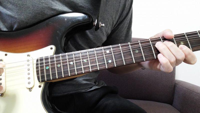 3弦7フレットを薬指で押さえてピッキングした後に1音チョーキングした後、余っている人差し指で1弦と2弦の5フレットを押さえてピッキングしてハーモニーを作る