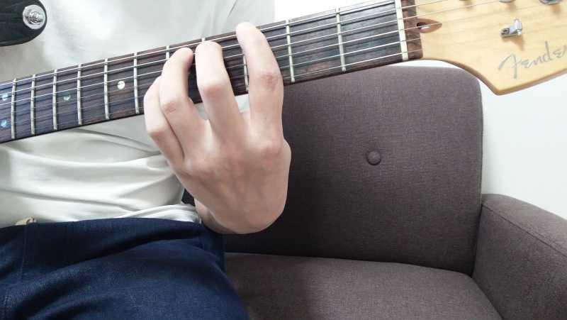 「Gのパワーコード」を6弦ルートで押さえる場合、6弦3フレットの1度(ルート音)を人差し指、5弦5フレットの5度を小指で押弦