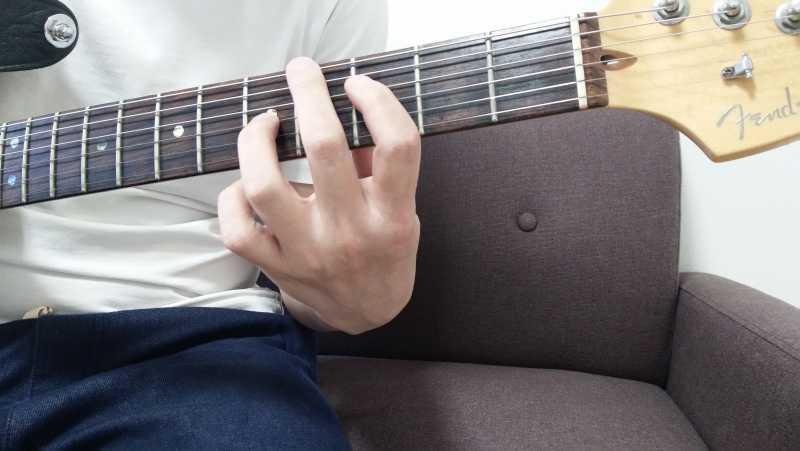 「Fのパワーコード」を4弦ルートで押さえる場合、4弦3フレットの1度(ルート音)を人差し指、3弦5フレットの5度を小指で押弦