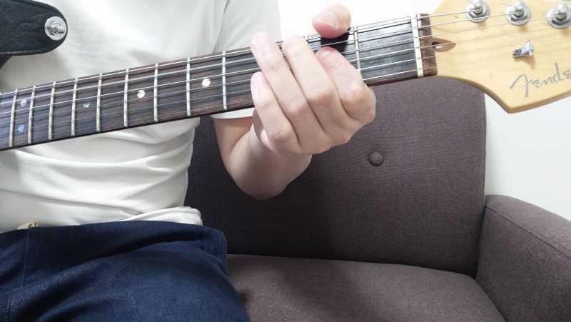 「Aのパワーコード」を5弦ルートで押さえる場合、5弦0フレットを開放弦、4弦2フレットの5度を人差し指で押弦
