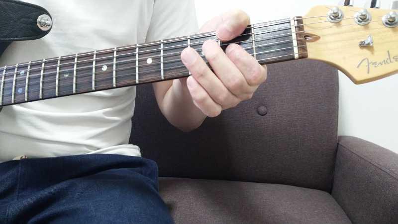 「Dのパワーコード」を4弦ルートで押さえる場合、4弦0フレットを開放弦、3弦2フレットの5度を人差し指で押弦