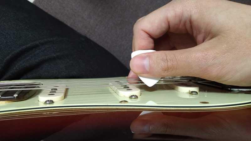 ストロークは弦に対してピックを水平に振り下ろす