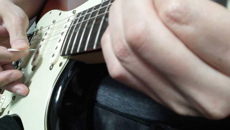 ギターのピッキングする角度