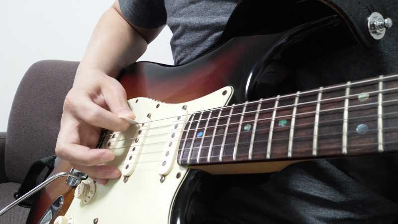 ギターのピッキングする角度は平行アングルを意識する