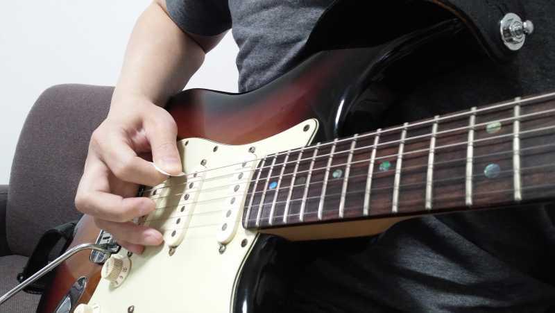 ピックを持つ右手の小指がギターのボディについて安定している状態