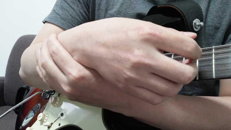 右手の手首の回転を意識する