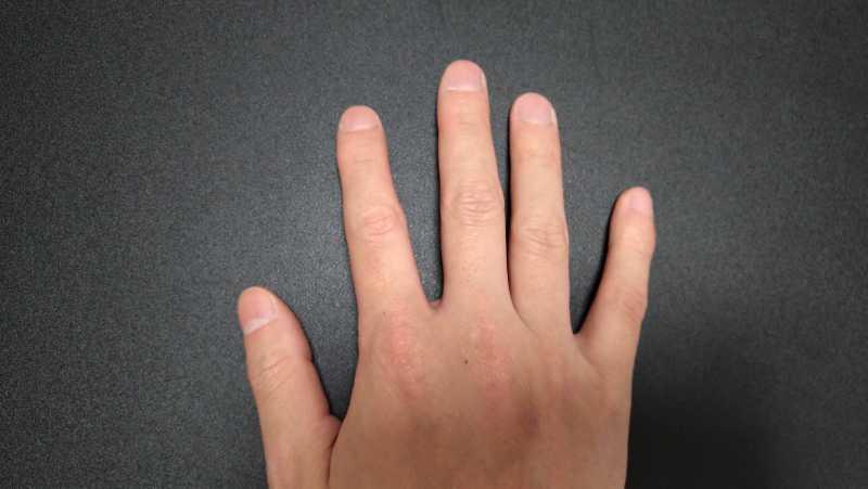 爪で弾く場合の爪の長さは深爪にならないようにする