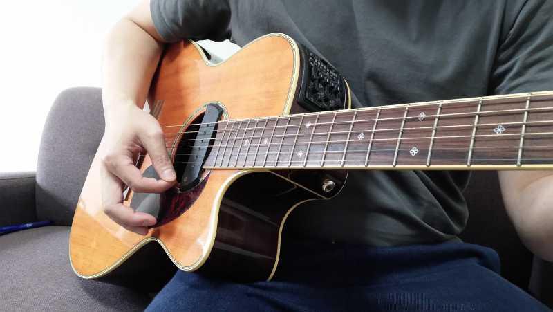 人差し指の爪で弾くダウンストローク後の右手の形