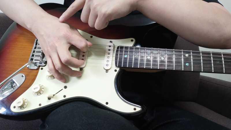 手首を固定して手首を支点にしてしまうとピックを押し込むようなピッキングになる