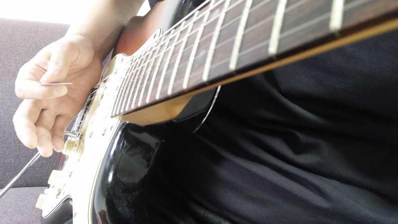 右手の手刀部分でミュートする範囲は、ピッキングで鳴らしたい弦の上下あたりをミュート