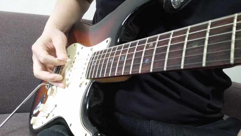 オルタネイトピッキングで弾くときと同じように手首の回転を柔らかく使うのがコツ