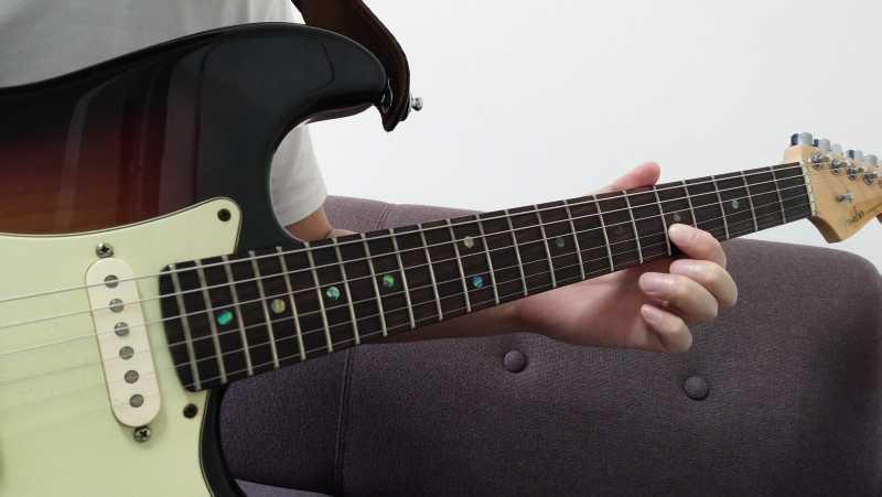 チューニングは合っているのにプリングすると音程がシャープする場合は、プリングを手首の回転を使ってしまっている
