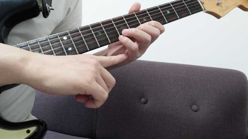 小指は斜め下に弦を引っかける