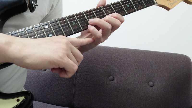 手首を回さずに、指先を内側にまげるように指の付け根を使って弦を引っかけるようにする
