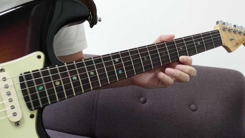 1弦でプリングすると弦落ちする場合は、弦を引っかける方向が指版に対して垂直になっている