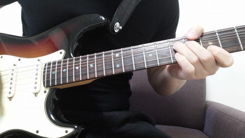 2弦を押さえている人差し指はそのままで、3弦を押さえている薬指を1音チョーキングして人差し指で押さえている2弦と同じ音の高さにする