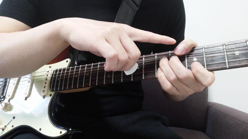 左手の親指は指版の前に出す