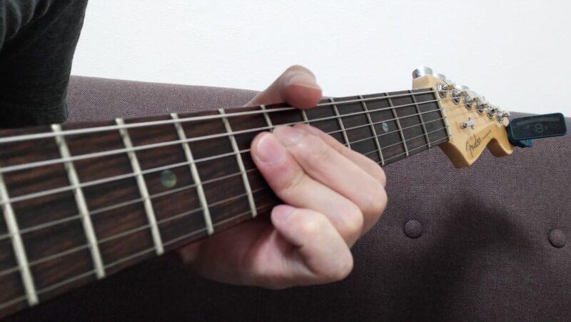 ダブルチョーキングするとき、薬指で押さえている指の腹の位置は「指先に寄りすぎず、第一関節に寄りすぎない」くらいの位置