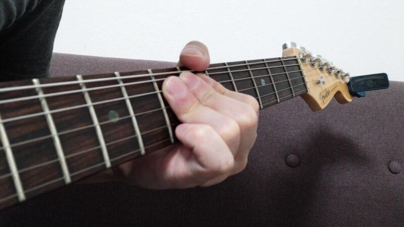 弦を真上に持ち上げるときは、押弦している指は指版側に向けて力を入れながら、手首を回転は真上向かうように意識するのが弦を持ち上げやすくなるコツ