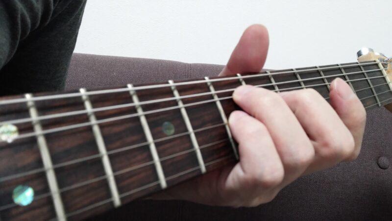 薬指と小指でするダブルチョーキングで上げる音程幅が合わない場合は、薬指と小指が離れてしまっている場合が多い
