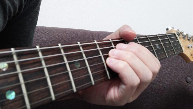 4弦7フレットを薬指、3弦7フレットを小指で押弦しているときに、薬指と小指がくっついている状態を作ってあげるのがコツ