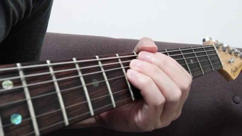ダブルチョーキングした時に弦を持ち上げる幅が同じになるため、チョーキングで変化させる音程を同じにすることができる
